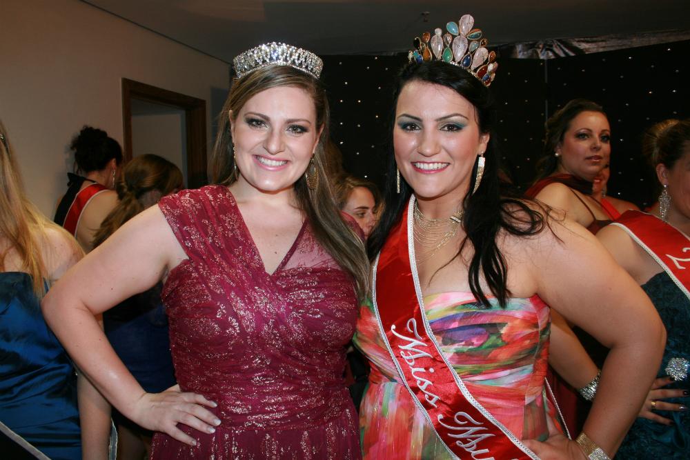 Carla Manso, Miss Plus Size Mulheres Reais 2012 e a atual miss, Amalí Fernandes durante o concurso (Foto: Divulgação)