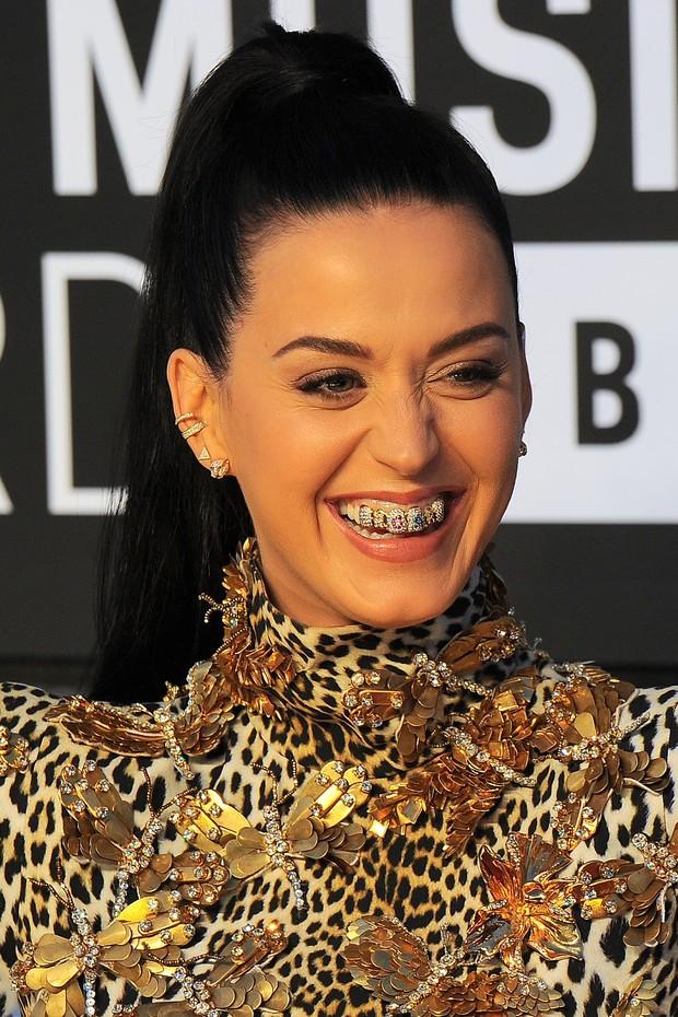 "Katy Perry com seu ""Grillz"""